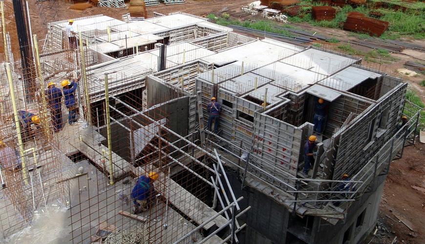 Szybka, ekonomiczna i skuteczna naprawa szalunków do betonu.